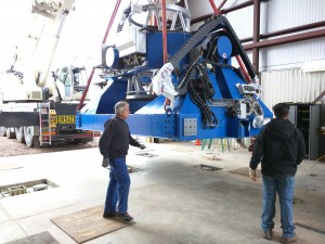 Hoisting the telescope off the truck and into the Commissioning Hall.